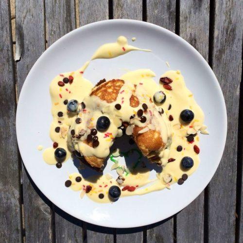 Pancakes mit Erdnussbutter und Blaubeeren