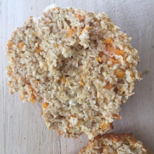 Aufgeschnittenes Quark-Karotten-Haferflocken-Brötchen