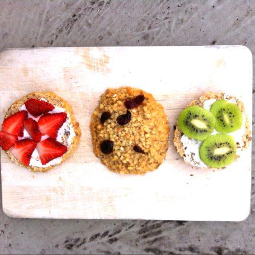 Quark-Haferflocken-Brötchen belegt mit Erdbeeren und Kiwi