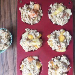Frühstücksmuffins kommen in den Ofen