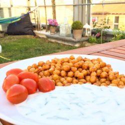 Kichererbsen mit Kräuterquark und Tomaten