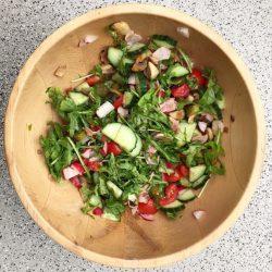 Salat mit Champignons, Gurke, Tomaten
